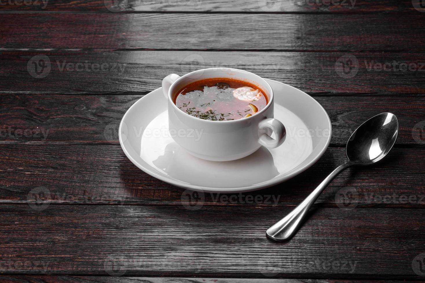 plat appétissant de soupe méli-mélo russe dans un pot en céramique photo