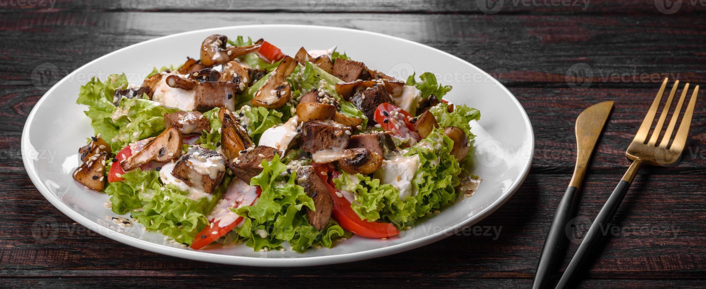 délicieuse salade de boeuf frais pour une table de fête photo