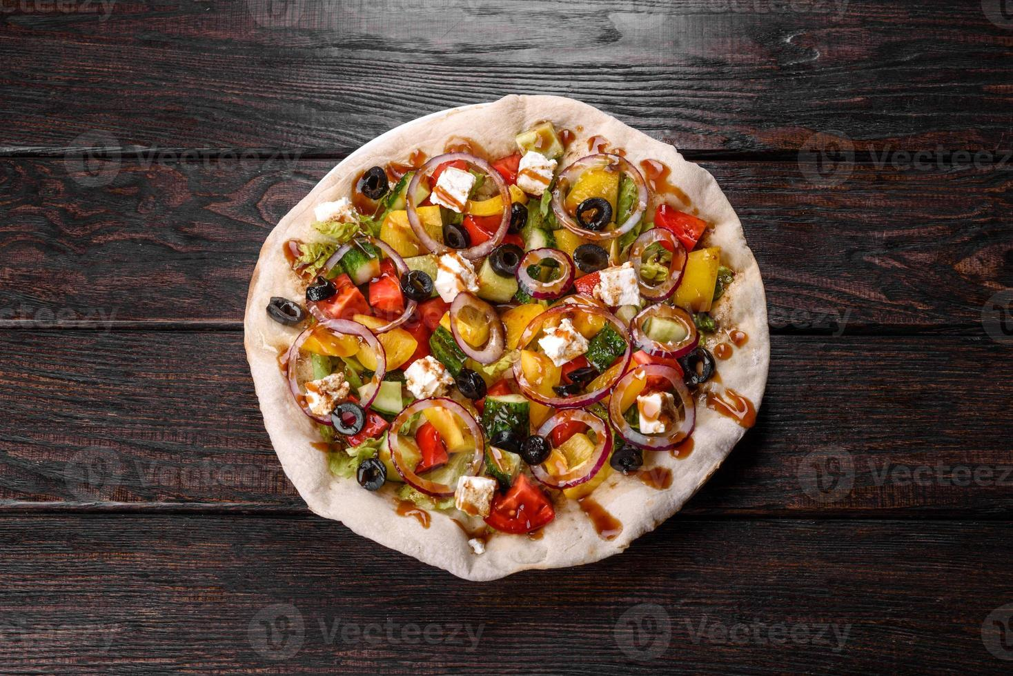 savoureuse salade grecque fraîche sur un pita cuit pour une table de fête photo
