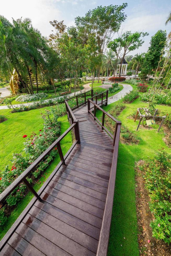 passerelle de pont en bois dans le parc. photo
