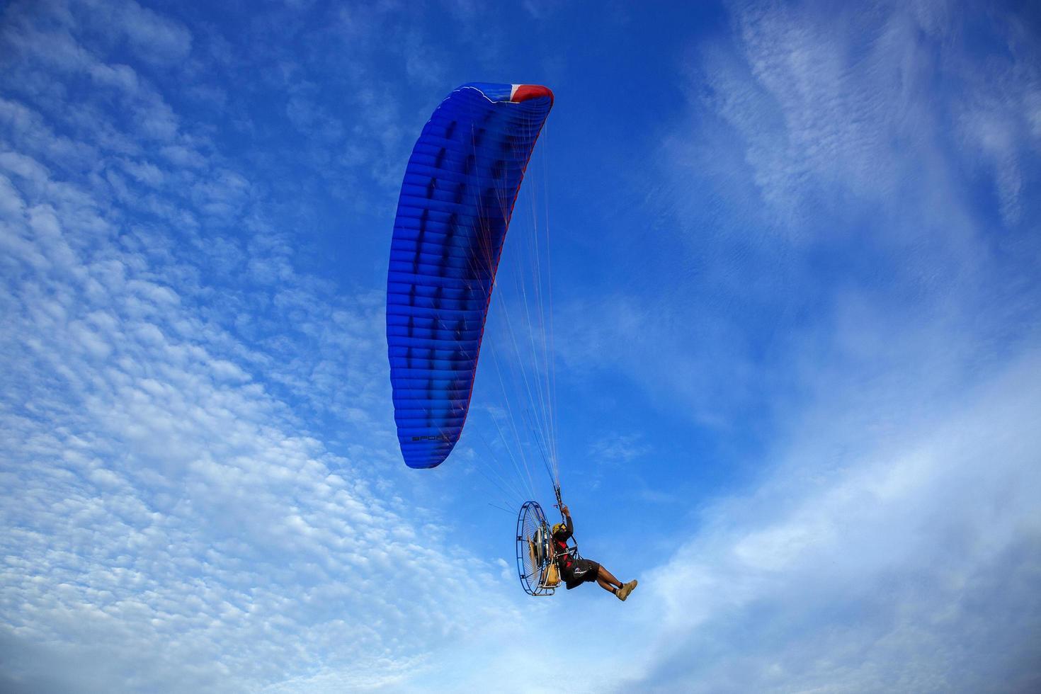 Le paramoteur vole dans le beau ciel photo