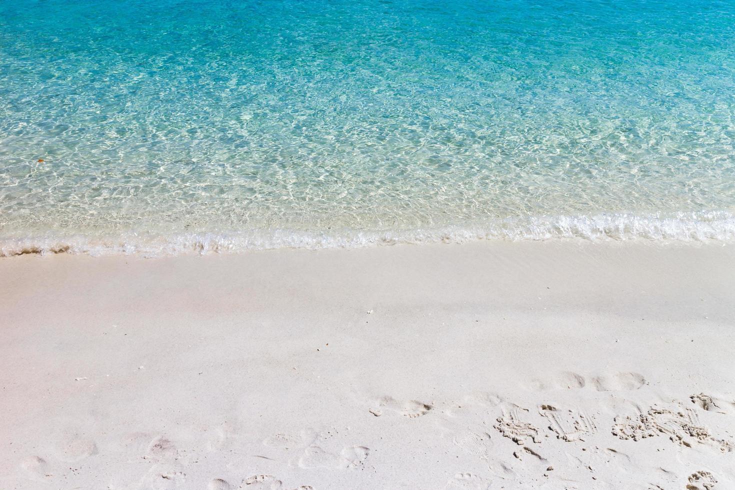 vague d'océan bleu sur la plage de sable. Contexte. photo
