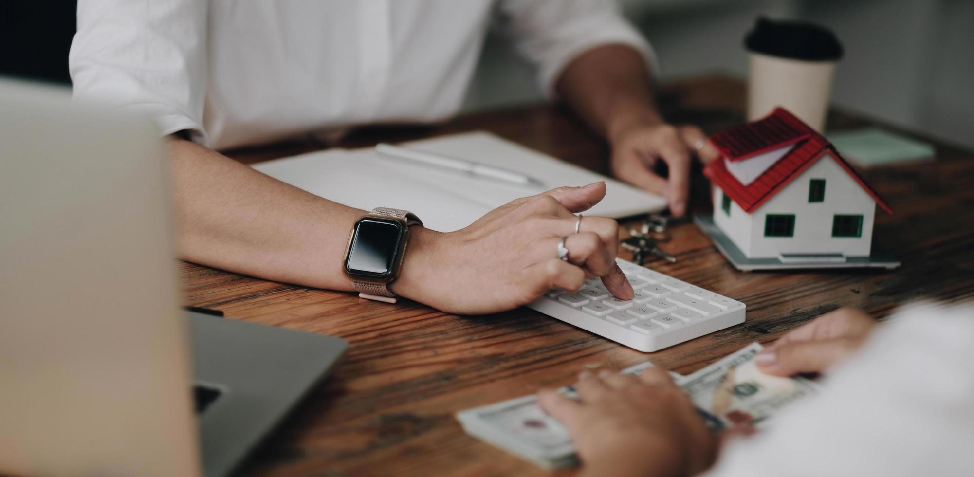 l'agent immobilier établit un contrat de maison après que le client a payé la caution de la maison. discussion, négociation, conclure l'affaire photo