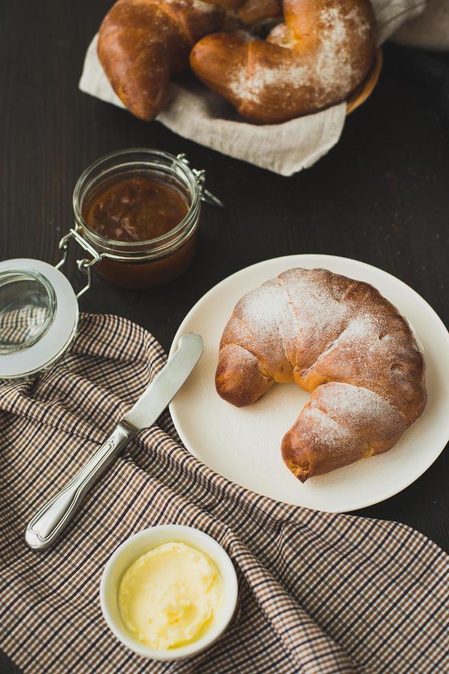 délicieux croissant aromatisé à la française pour le petit déjeuner. photo