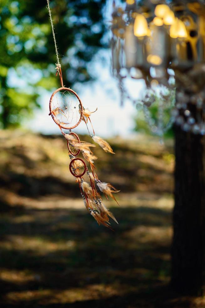 un capteur de rêves se développe dans le vent dans une forêt. photo