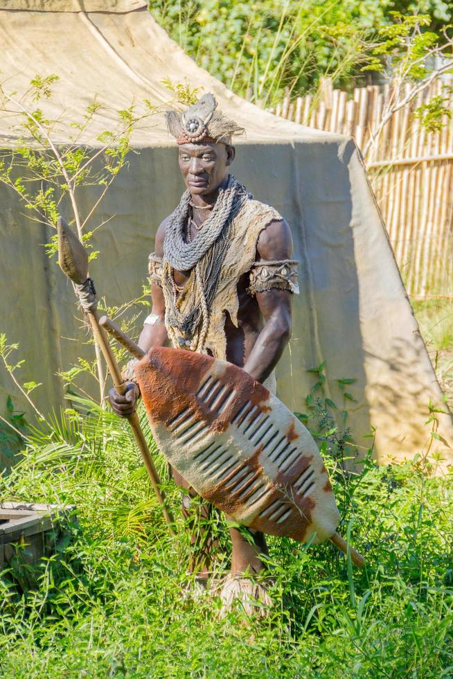 rio de janeiro, brésil, 2015 -sculpture d'un guerrier dans la savane photo