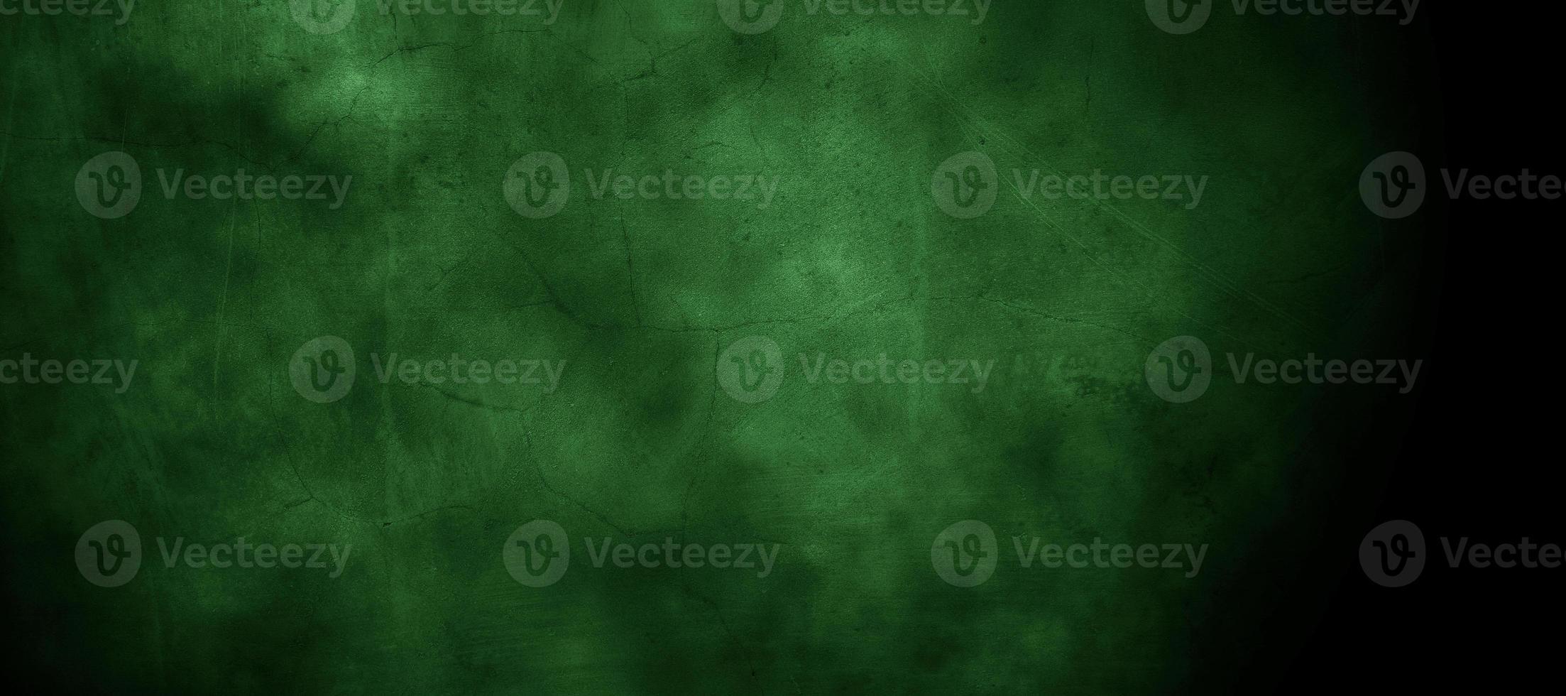 mur fissuré brumeux vert foncé effrayant pour le fond photo