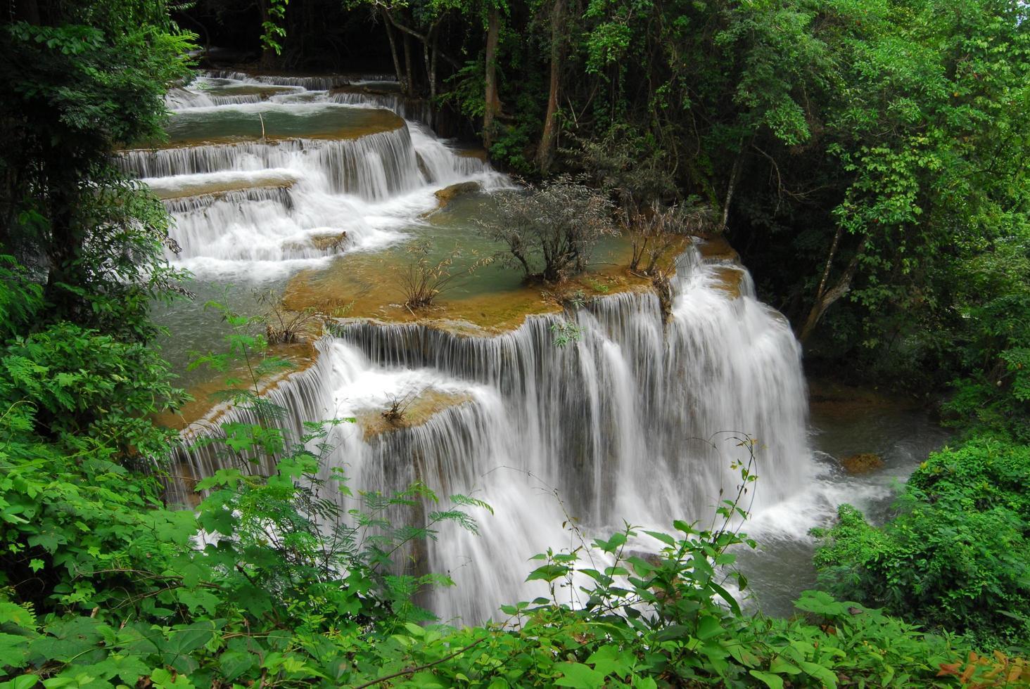 Cascade de huay mae kamin dans le parc national de khuean srinagarindra, province de kanchanaburi, thaïlande photo