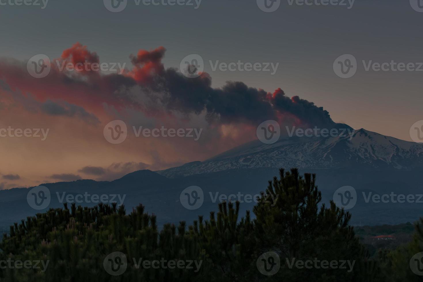 puissante éruption de l'etna en sicile, italie photo