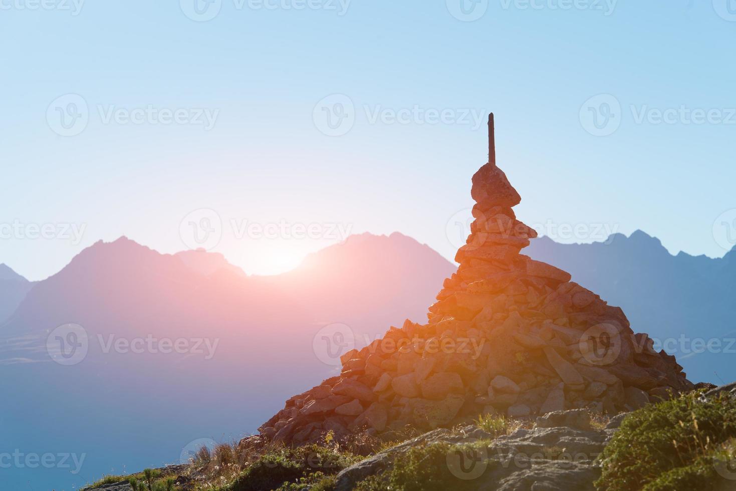 marque du droit chemin dans les hautes montagnes photo