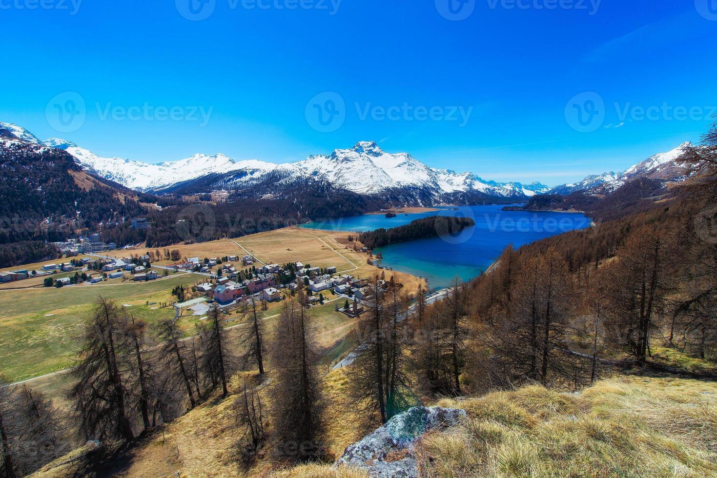 sils maria village de la vallée de l'engadine près de saint moritz avec le lac de sils photo