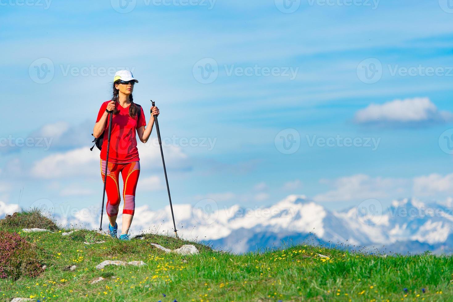 femme touristique vêtue de rouge avec de hautes montagnes avec de la neige photo
