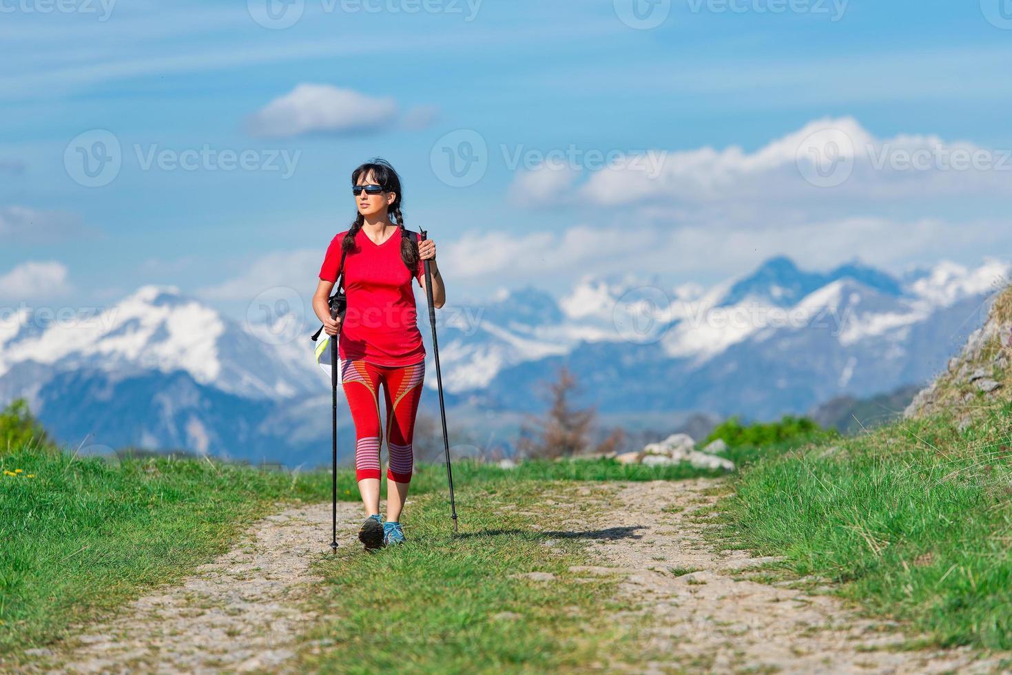 touriste marchant dans la route de montagne photo