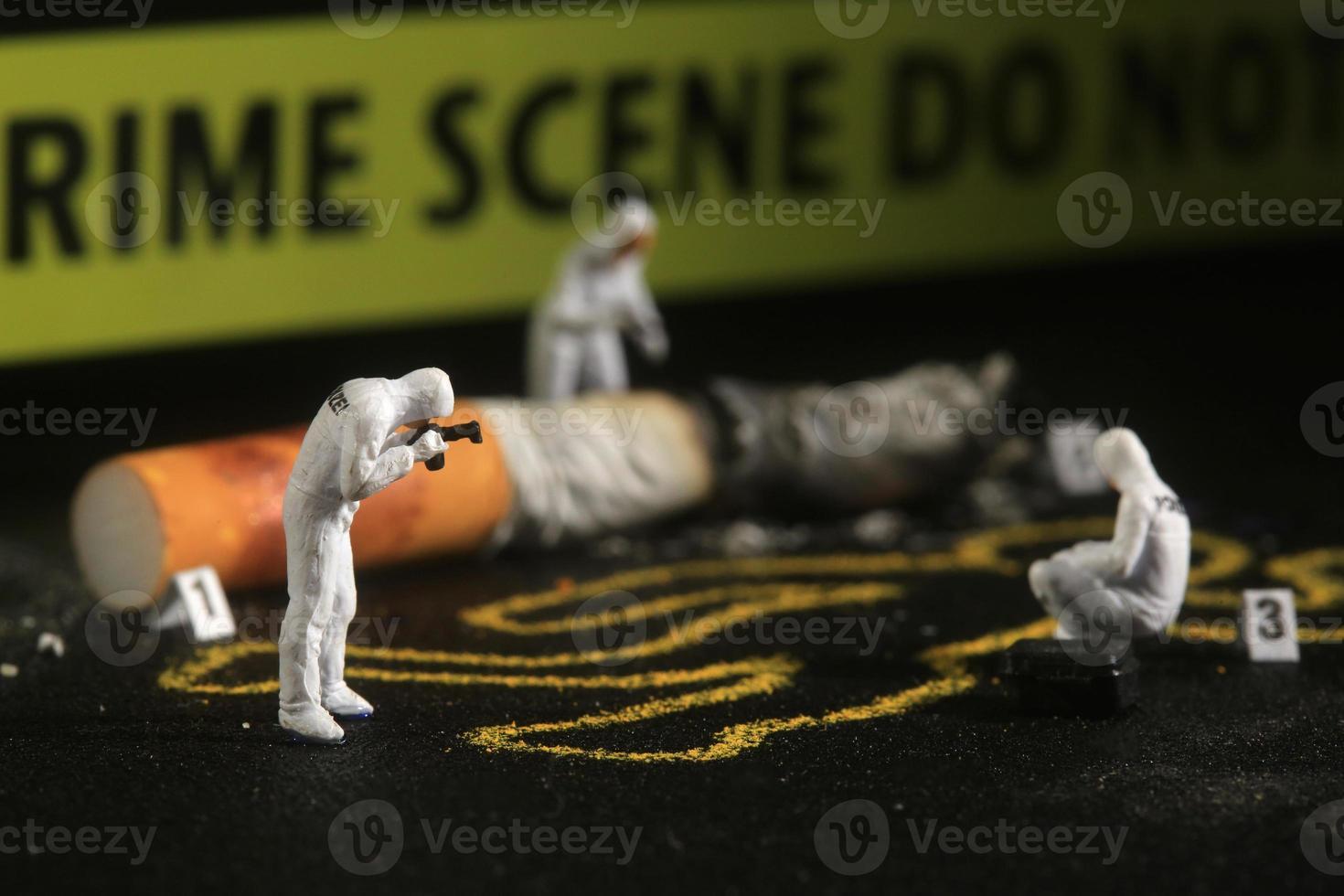 minuscules personnes à l'échelle miniature dans des concepts curieux photo