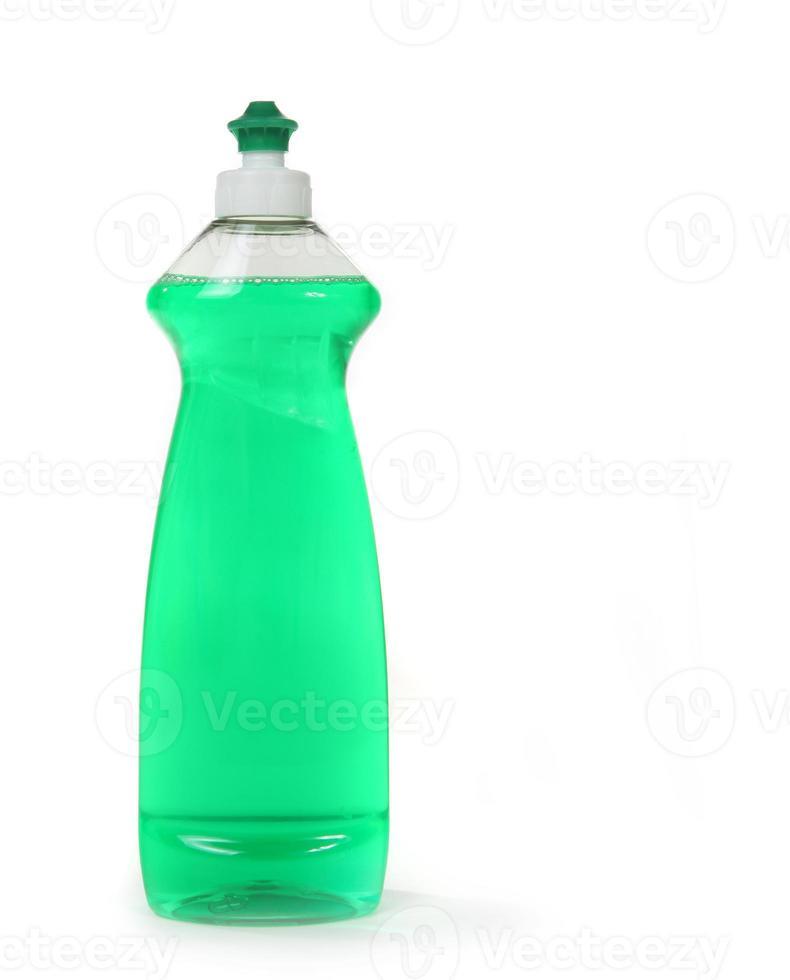 Savon liquide à vaisselle vert dans une bouteille isolée photo