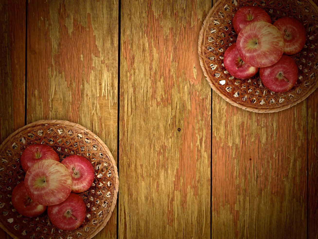 pommes sur le fond en bois photo
