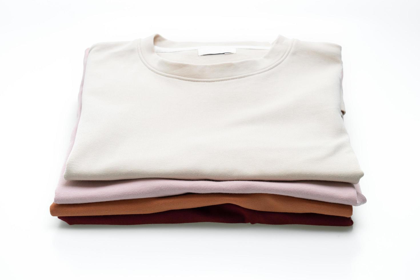 T-shirts pliés isolés sur fond blanc photo