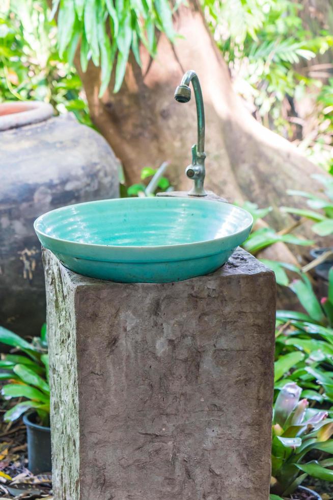 lavabo de lavage des mains décoration extérieure de salle de bain photo