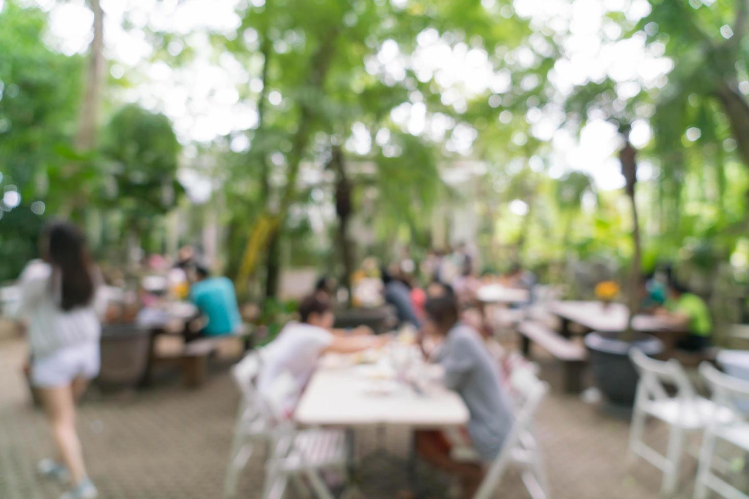 flou abstrait les gens dans le restaurant en plein air pour le fond photo