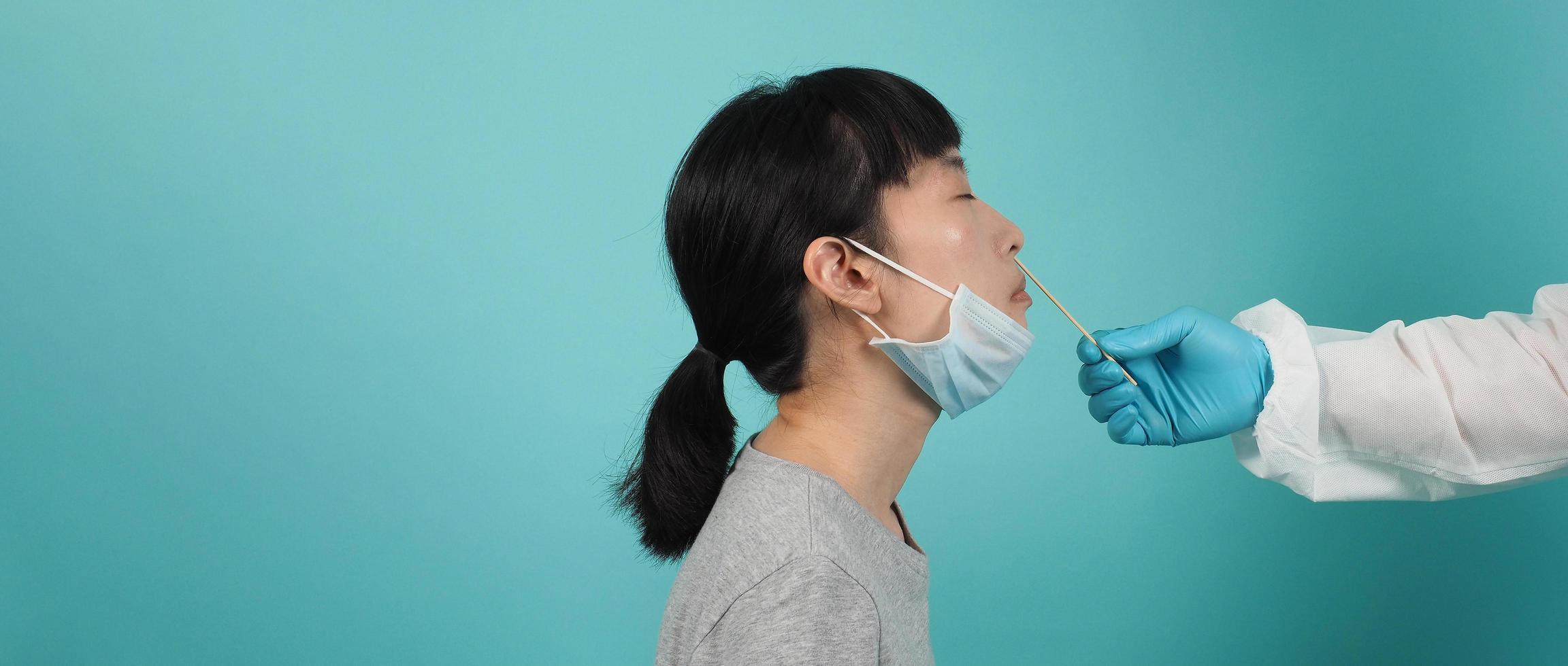 test pcr rt. femme avec un test d'écouvillonnage covid 19. photo