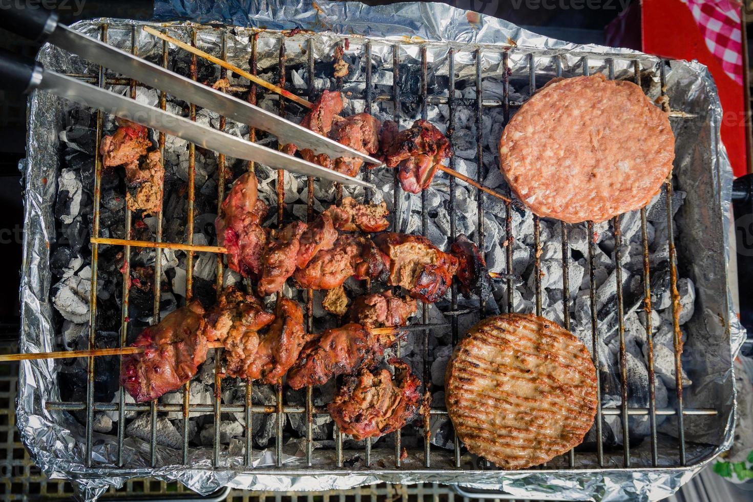 différents types de viande sont cuits sur le gril photo