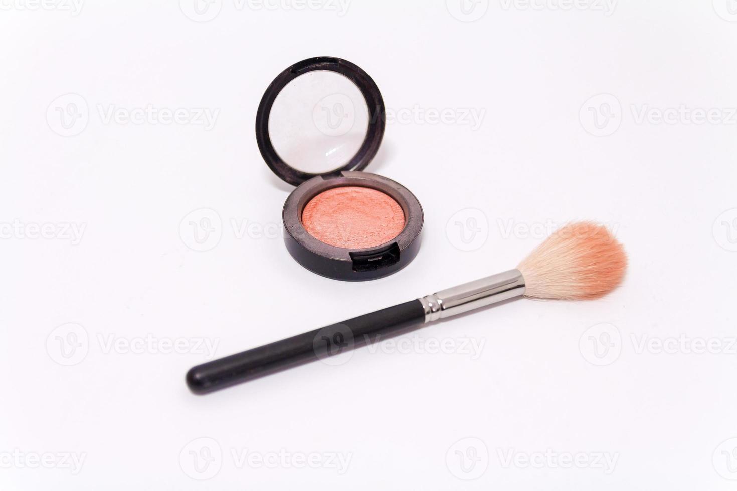 Close up de pinceau de maquillage et blush fort isolé sur fond blanc photo