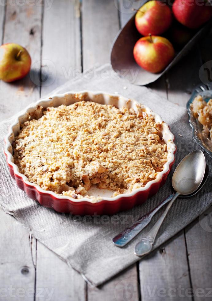 crumble aux pommes et pommes fraîches photo