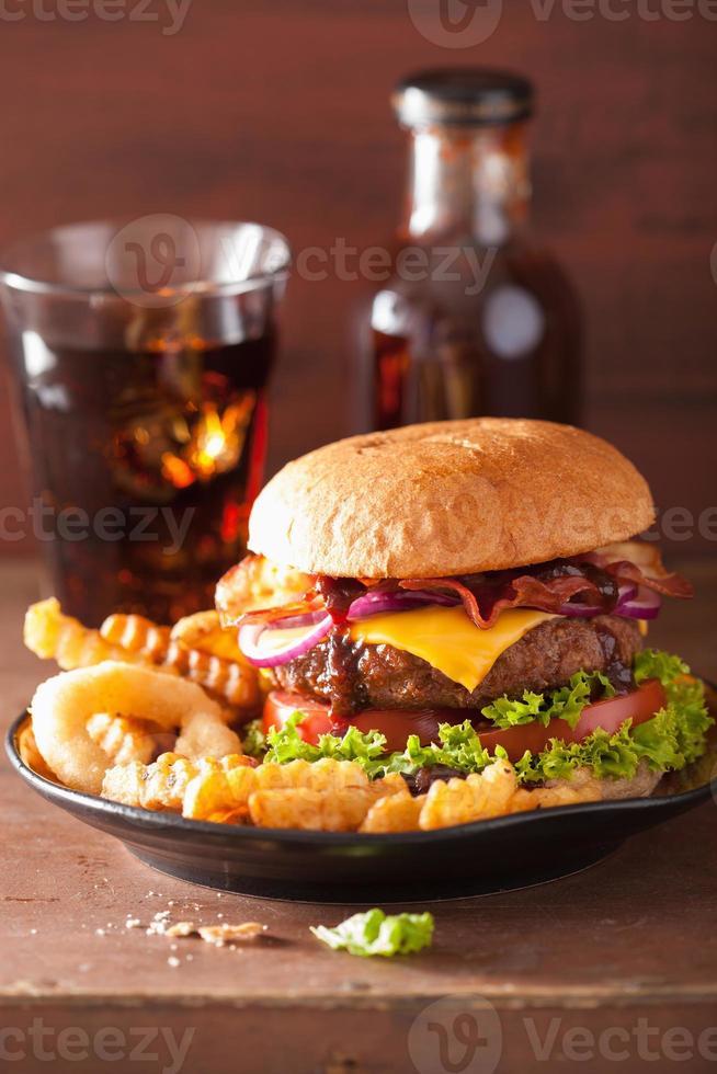 hamburger au bacon et aux oignons photo