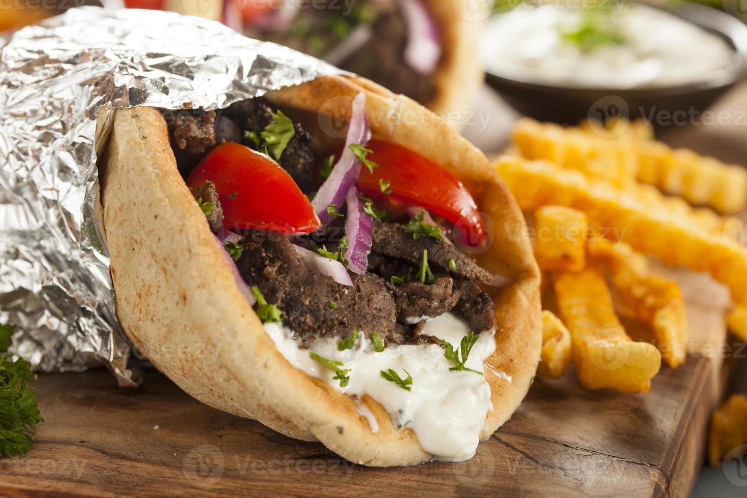 gyro de viande maison avec frites photo