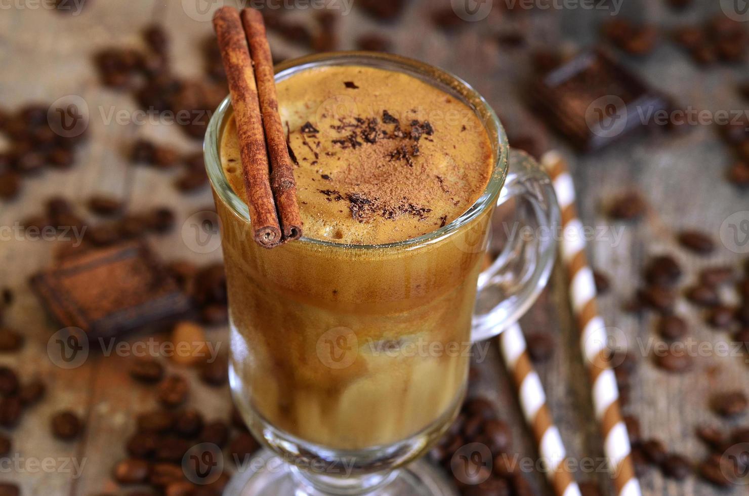 frappe de café - recette traditionnelle de la cuisine grecque. photo