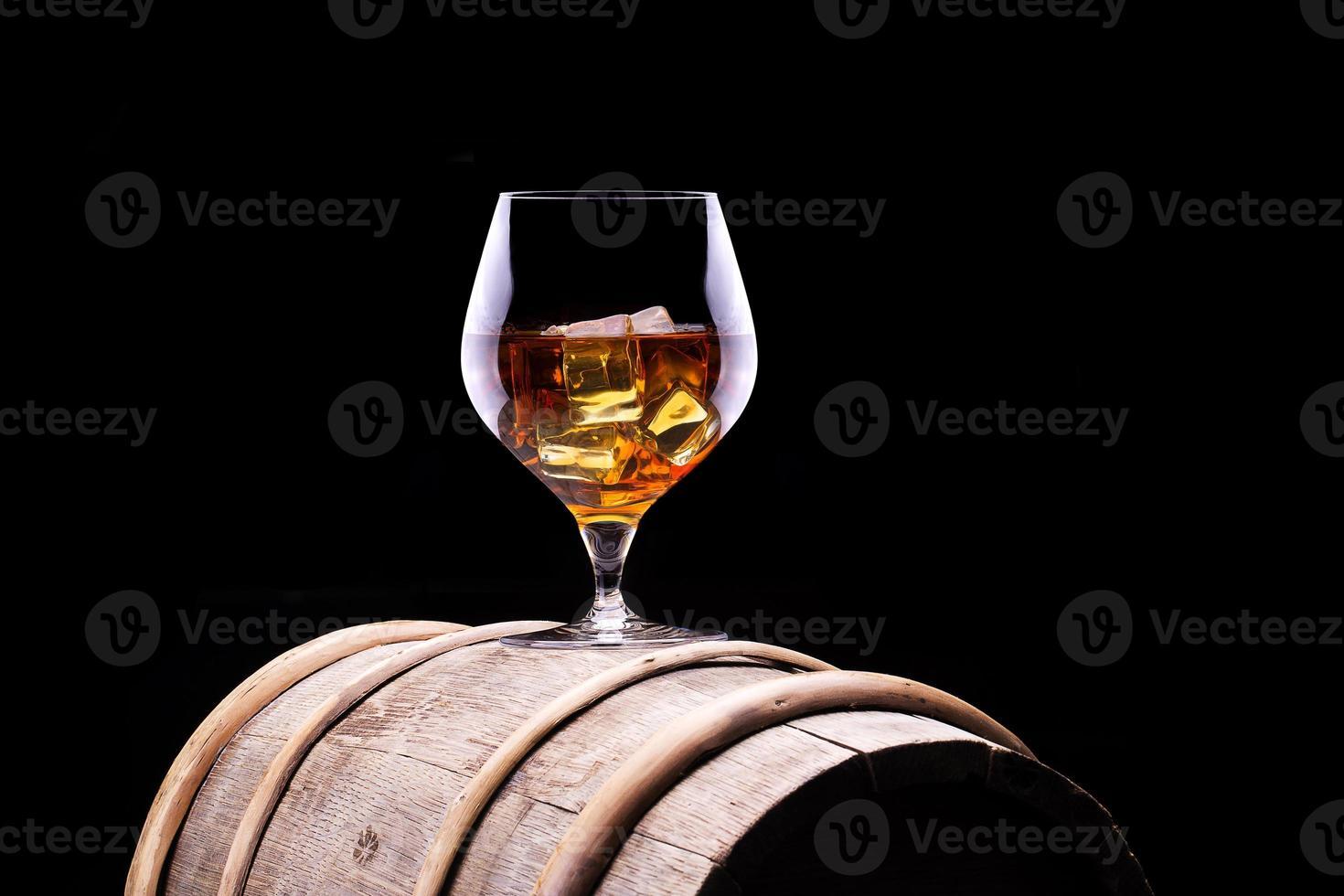 cognac ou brandy sur un tonneau en bois photo