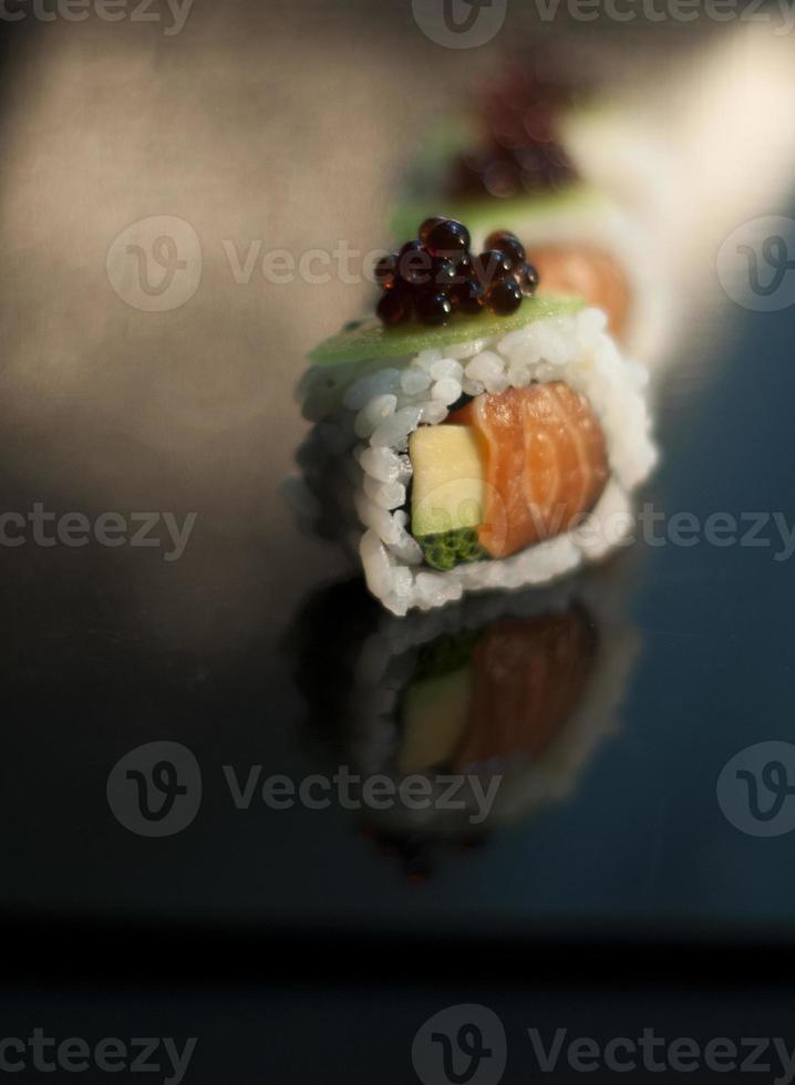 sushi saumon avec kiwi photo