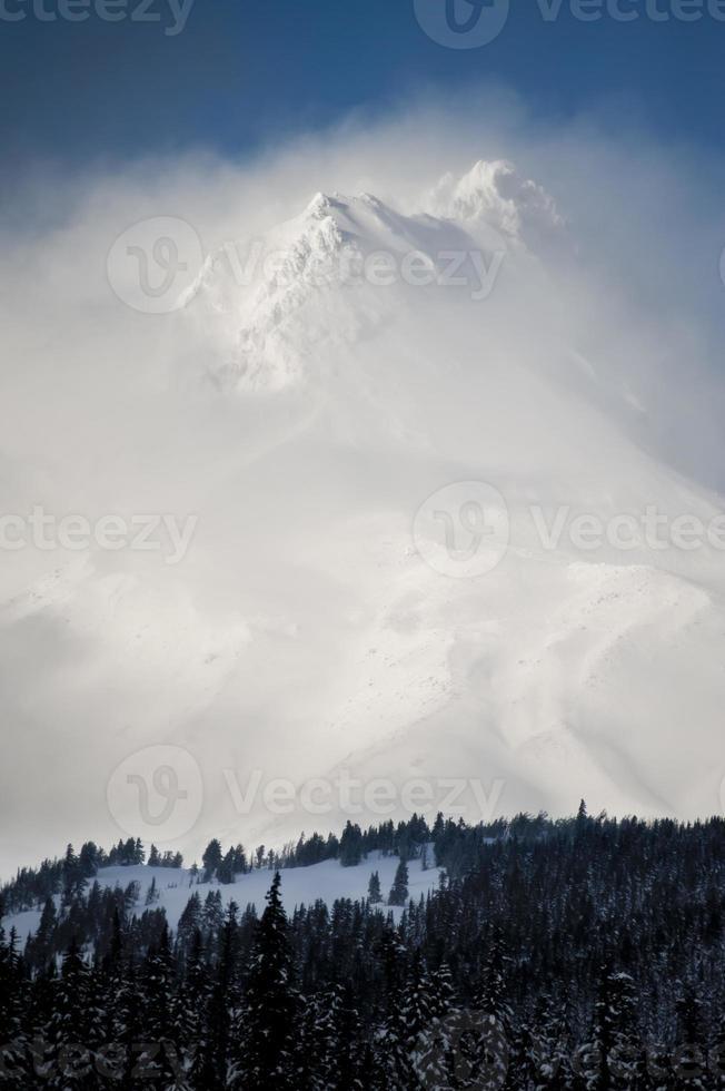 sommet de la montagne enneigée photo