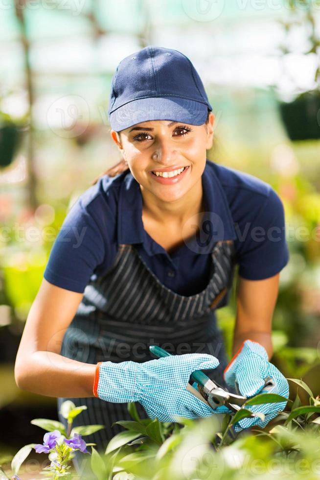jeune femme fleuriste travaillant en pépinière photo