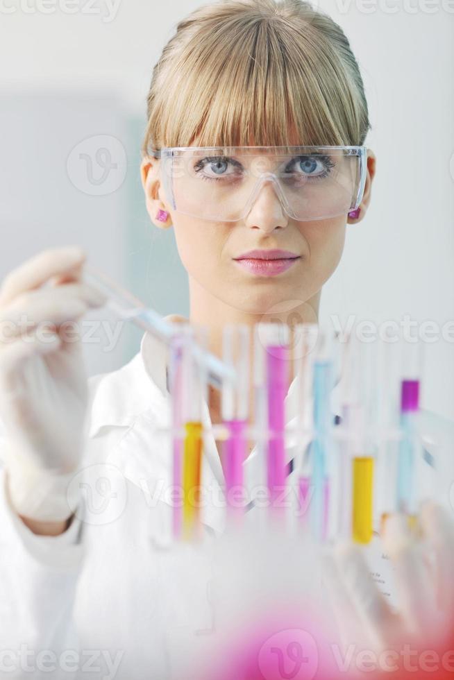 chercheuse tenant un tube à essai en laboratoire photo