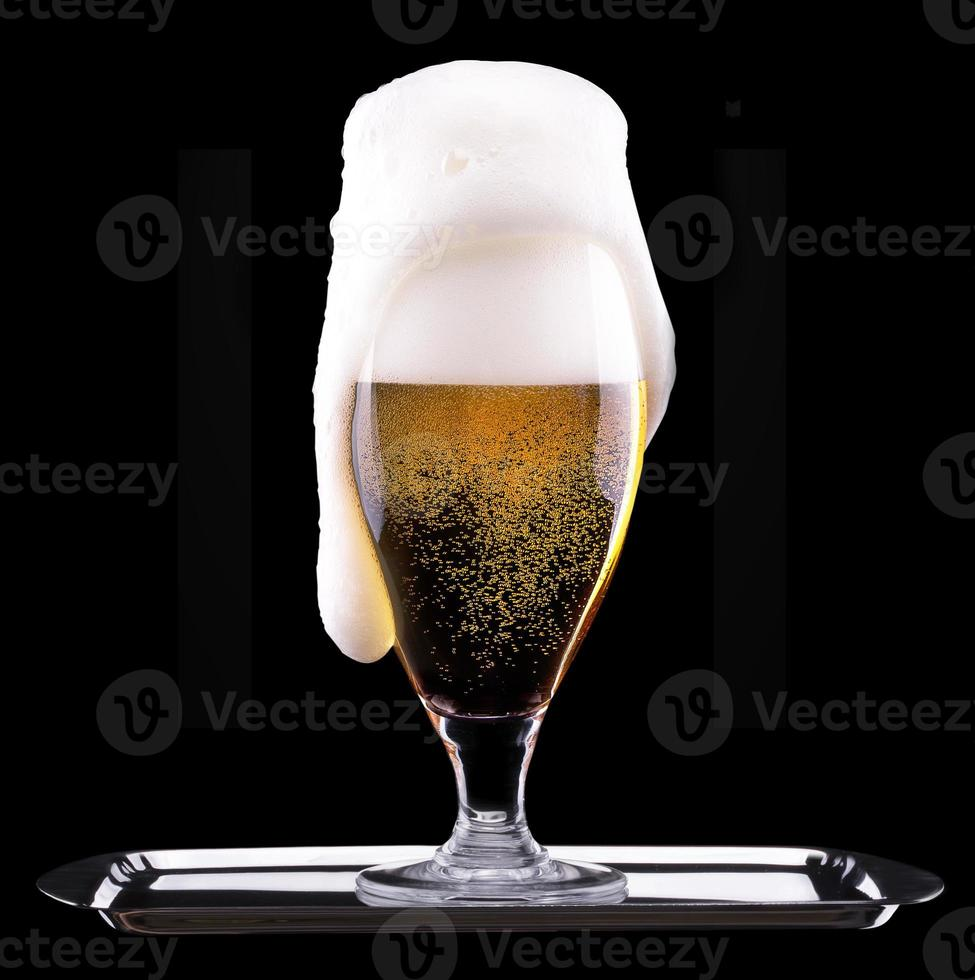 verre givré de bière légère sur fond noir photo