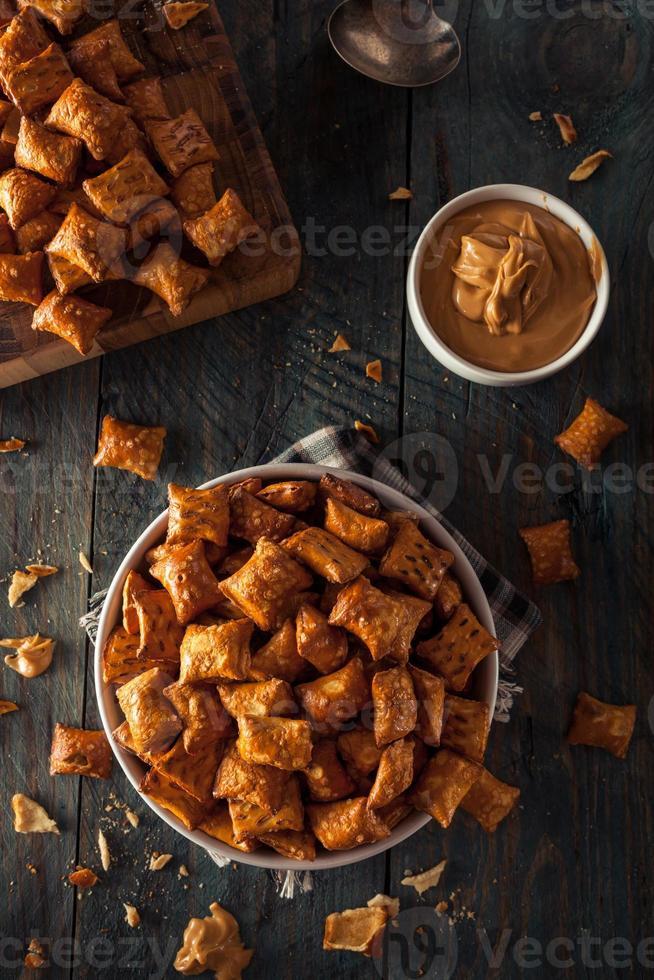 bretzel au beurre d'arachide salé biologique photo