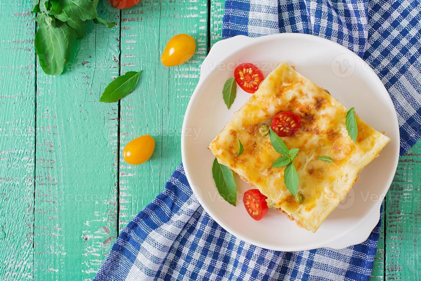 lasagne avec viande hachée, pois verts et sauce photo