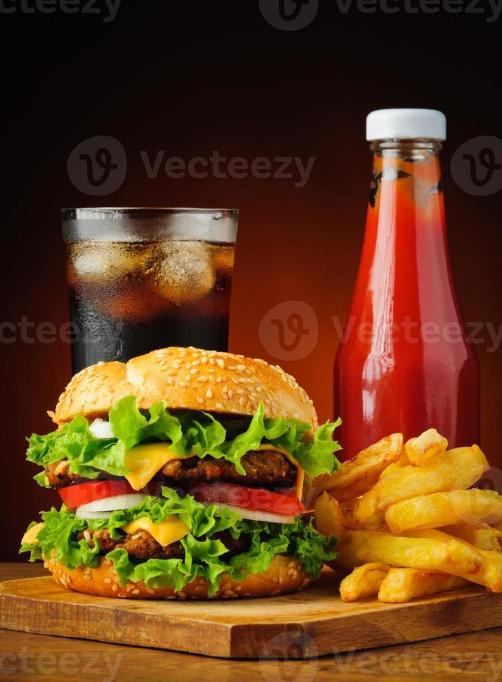 hamburger, cola, frites et ketchup photo