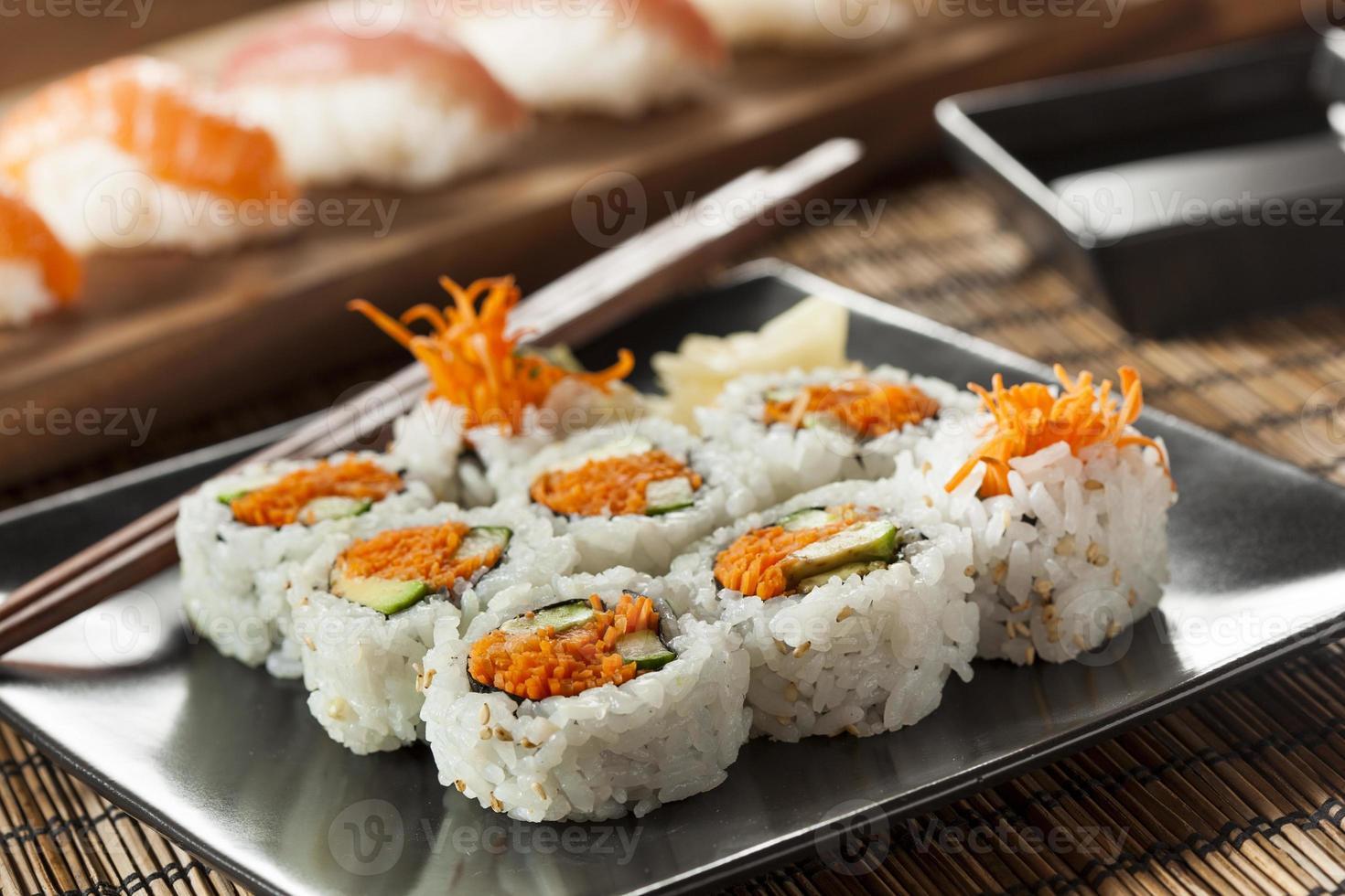 rouleau de sushi maki de légumes japonais sain photo