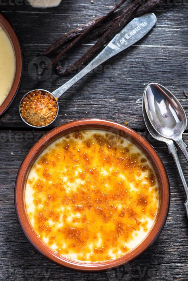 crème brûlée en pot de porcelaine rustique photo