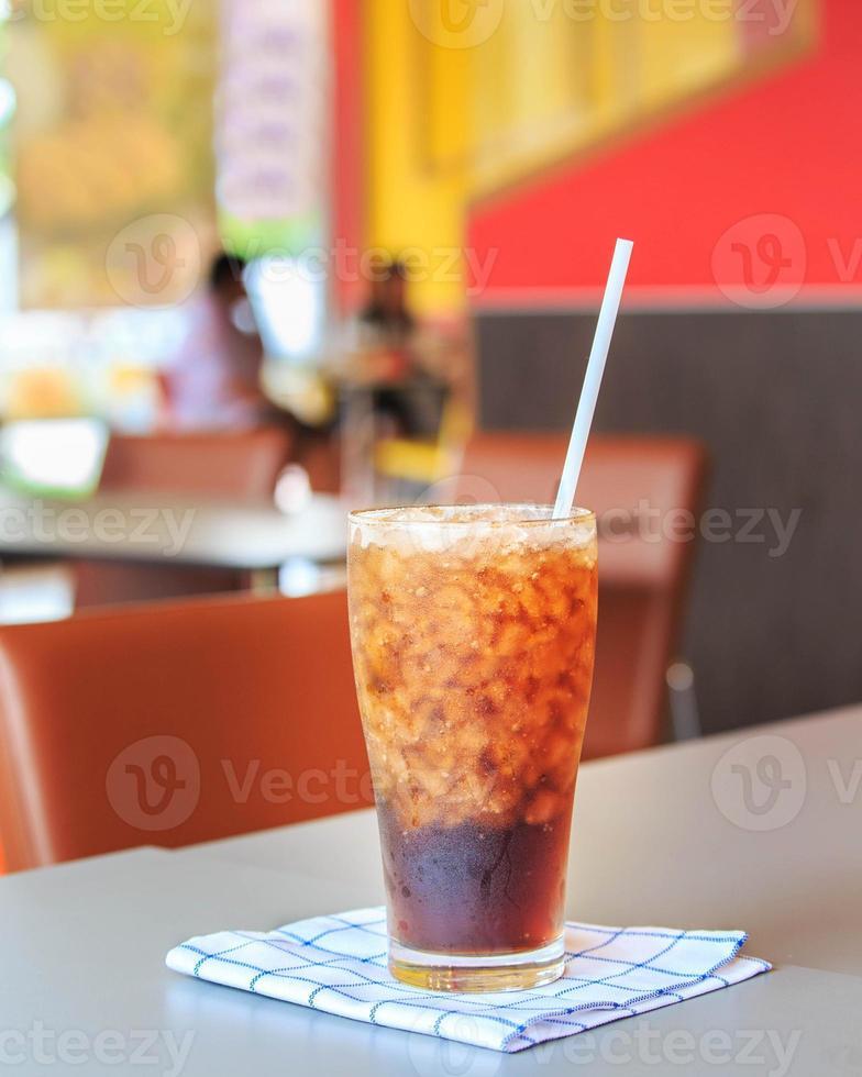 verre de cola avec des glaçons photo