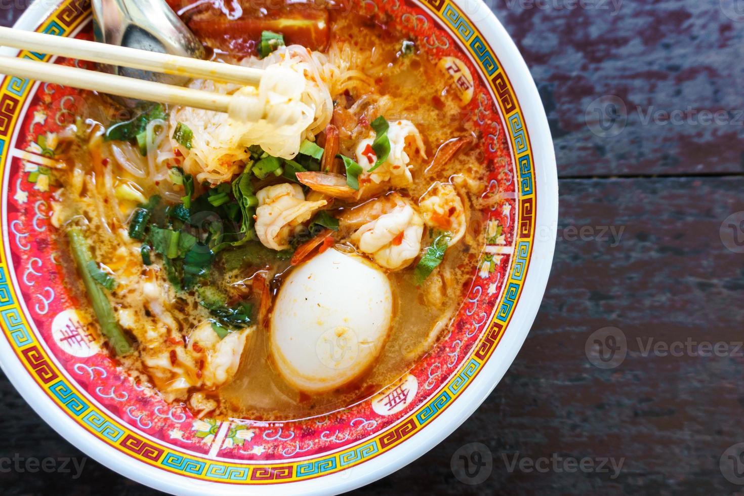 nouilles de crevettes à l'oeuf dans un bol à la chinoise photo