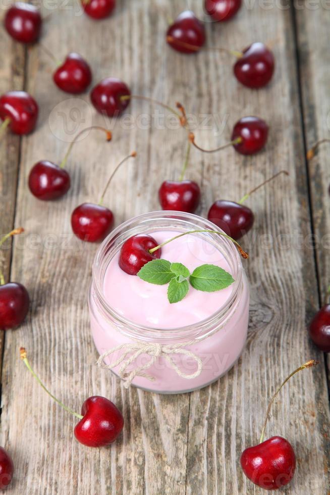 yaourt aux cerises et cerise photo