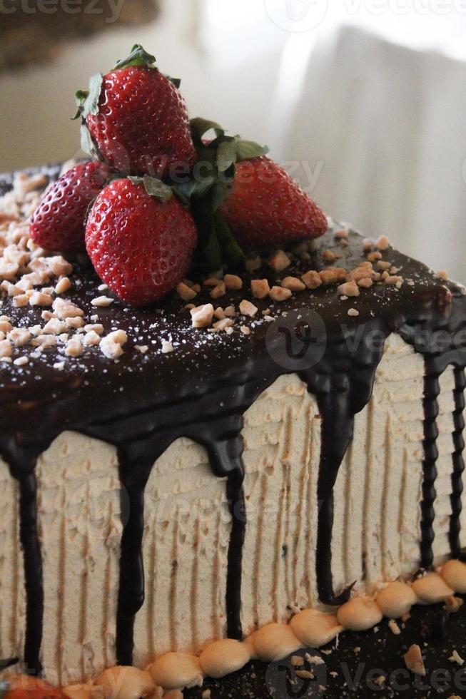 gâteau à la ganache au chocolat avec des fraises photo