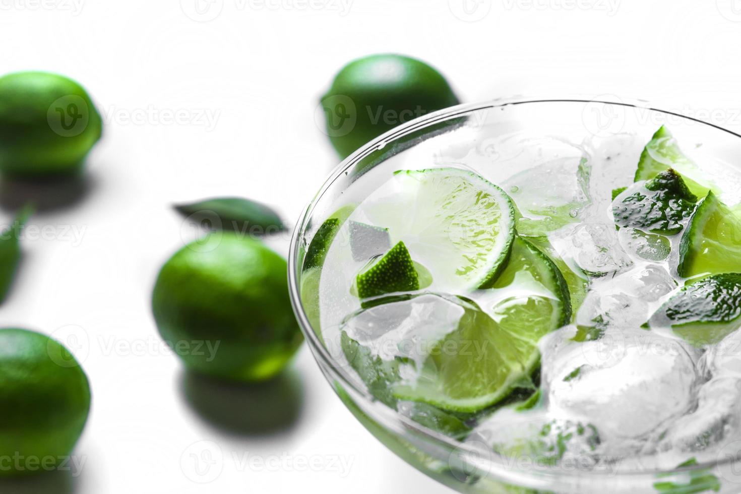 cocktail frais avec des tranches de citron vert photo