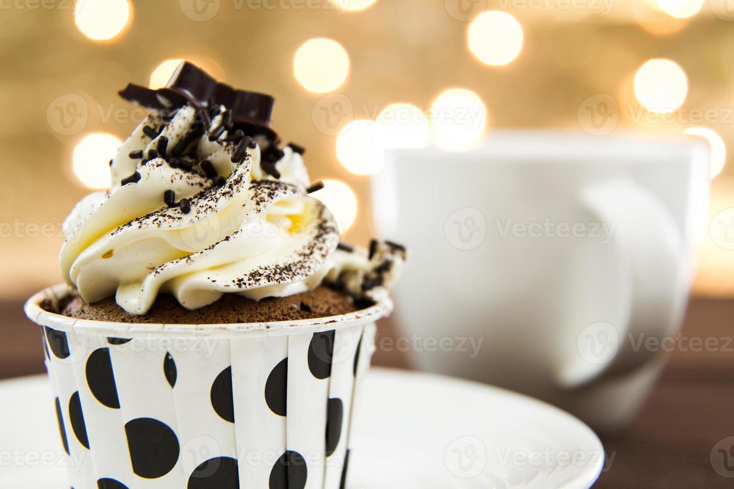 délicieux petit gâteau sur fond de lumières photo