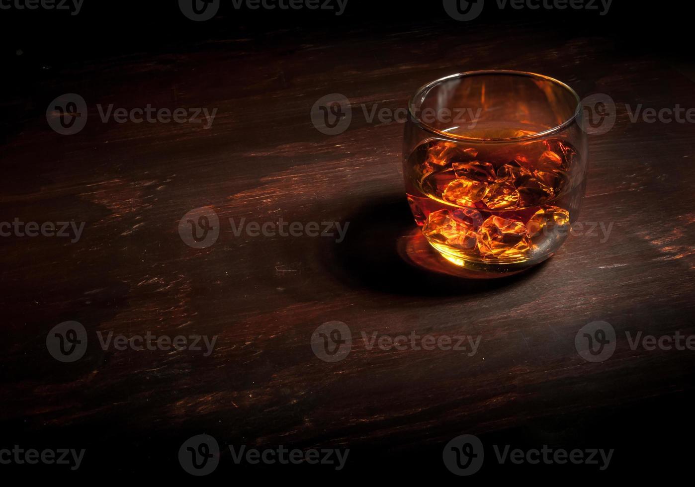 whisky sur une barre en bois foncé photo