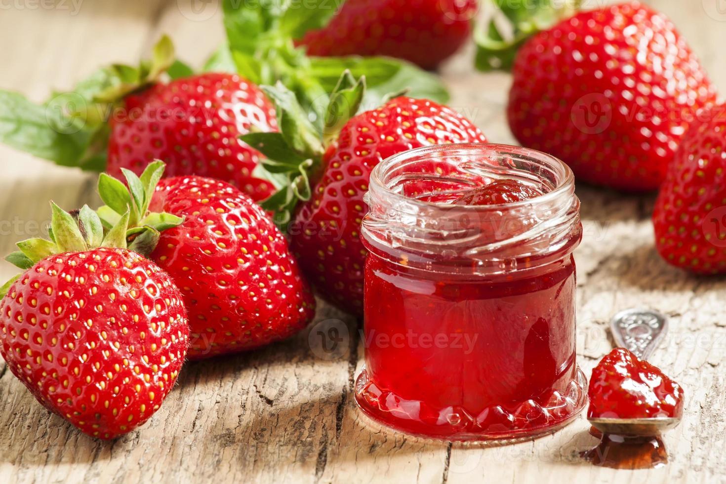 confiture de fraises maison avec des baies dans de petits pots, sélectionnez photo