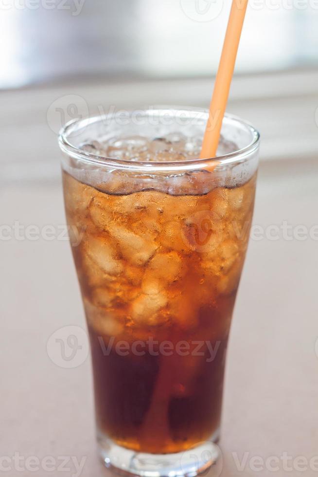 verre de cola avec de la glace photo
